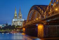 Der Kölner Dom und die Hohenzollernbrücke nach Sonnenuntergang