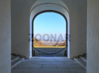 Blick durch Torbogen ins Tal