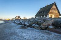 Graswarder mit winterlicher Landschaft in Heiligenhafen