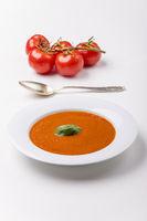 frische Tomatensuppe in einem Suppenteller