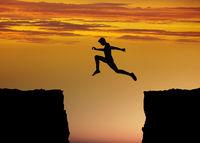 Mut und Fitness Konzept mit Sprung zwischen Felsen