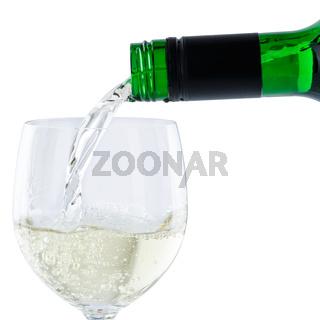 Wein einschenken eingießen aus Weinflasche Weißwein Weisswein Quadrat freigestellt Freisteller