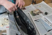 Schale mit Öl streichen - Vorbereitung Betonschale giessen