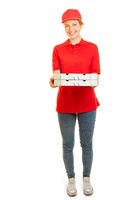 Junge Frau als Pizzabote für Pizza Lieferservice