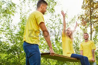 Glückliche junge Frau bei einer Teamwork Übung