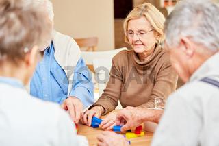 Demente Senioren spielen mit Bausteinen
