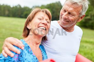 Senioren Paar beim Spazieren gehen im Park