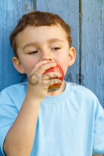 Apfel Frucht esen Kind kleiner Junge Hochformat draußen