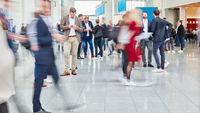Viele anonyme Leute auf Konferenz oder Shopping Mall