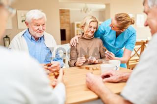 Pflegekraft betreut eine Senior Frau mit Demenz