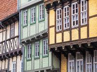 Nahaufnahme von drei Fachwerkhäusern in Quedlinburg