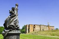 Denkmal Katharina II., dahinter OstflŸügel Zerbster Schloss, Sachsen-Anhalt, Deutschland