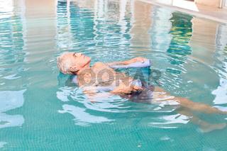 Senior Mann beim Wasseryoga im Pool