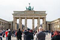 Touristen am Brandenburger Tor in Berlin