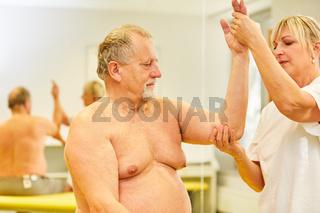 Heilpraktikerin behandelt Schleimbeutelentzündung