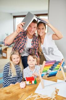 Familie und Kinder freuen sich auf ihr Eigenheim