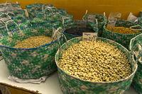 Körbe mit Bohnen (Phaseolus spec.) auf dem Markt