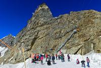 Touristen amüsieren sich an einem heissen Sommertag im Schnee in 3466 Metern Höhe auf dem Jungfraujoch