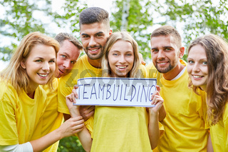 Studenten halten Schild im Teambuilding Workshop