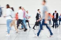 Anonyme Leute gehen shoppen in Einkaufszentrum