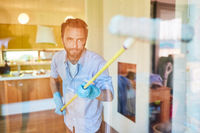 Fensterputzer beim streifenfrei Fenster putzen