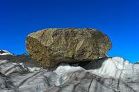 Grosser Felsblock, Findling, auf dem Gornergletscher, Zermatt, Wallis, Schweiz
