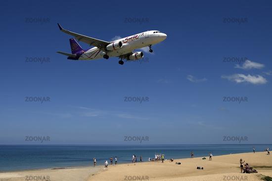 Flugzeug der Gesellschaft Smile Air  im Landeanflug, Mai Kao Bea
