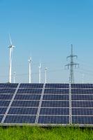 Strommasten, Solaranlagen und Windenergieanlagen