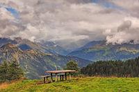 Landschaft in den Sarntaler Alpen mit Picknickplatz im Vordergrund, Südtirol
