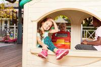Glückliche Kinder spielen im Spielhaus
