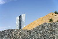 EZB mit großen Sand- und Schotterhalden