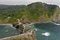 Steilküste am Golf von Biskaya gegenüber der Insel Gaztelugatxe bei Bakio, Costa Vasca, Spanien
