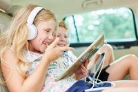 Fröhliches Mädchen mit Tablet Computer