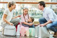Glückliche Familie mit Einkaufstüten