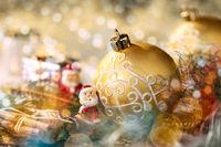 Goldene Christbaumkugel und Weihnachtsmann