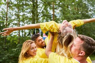 Team lässt eine Frau in der Luft schweben