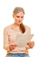Alte Frau liest Brief mit Rechnung
