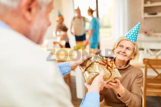 Seniorin bekommt ein Geburtstagsgeschenk