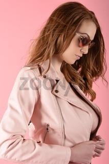 Grosses, schlankes, vollbusiges, rothaariges Model in verschiedenen rosa Outfits, oben ohne
