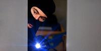 Einbrecher bei Einbruch mit Taschenlampe