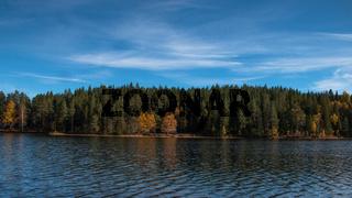 Herbstspaziergang entlang eines Sees in Schweden
