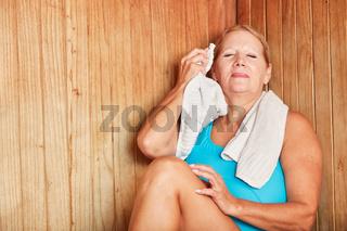 Frau entspannt beim gesunden Schwitzen