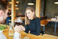 Junges Paar trinkt Wein zusammen im Restaurant