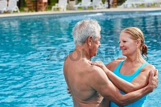 Verliebtes Senioren Paar im Freibad