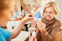 Seniorin mit Alzheimer oder Demenz