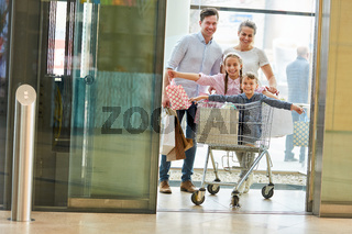 Kinder im Einkaufswagen haben Spaß