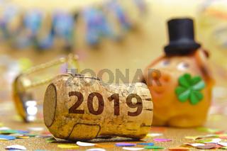 Champagnerkorken mit Jahreszahl 2019 und Glücksschwein als Talisman