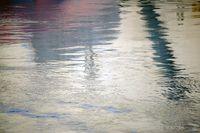 Wellen und Spiegelungen auf der Wasseroberfläche