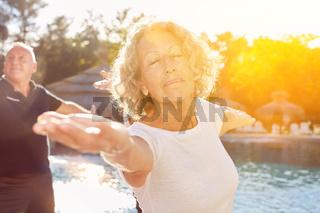 Senior Frau macht Yoga Übung im Urlaub