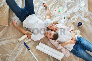 Heimwerker Paar ruht sich aus beim Renovieren